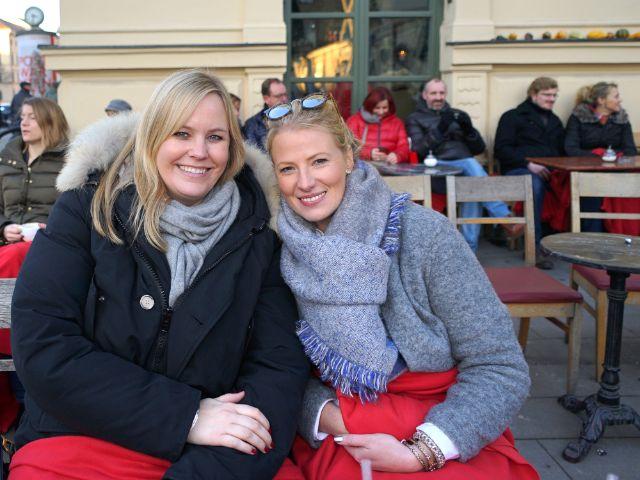 Zwei junge Frauen freuen sich, Foto: muenchen.de/ Dan Vauelle
