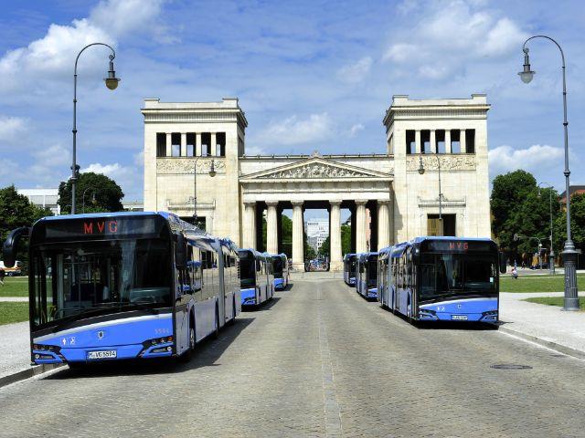 Die MVG präsentiert sechs neue Gelenkbusse am Münchner Königsplatz, Foto: SWM/MVG