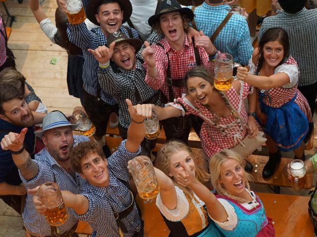 Oktoberfest-Besucher verbreiten gute Laune, Foto: Dan Vauelle