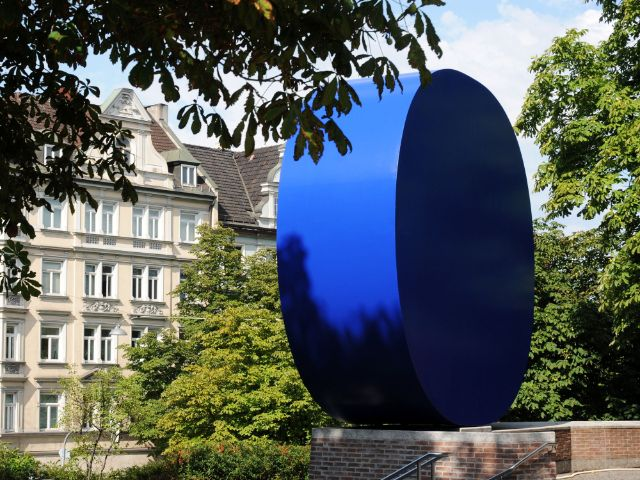 """""""Gerundetes Blau"""" vor dem Gasteig, Foto: Gasteig München GmbH / Konstanze Heininger"""