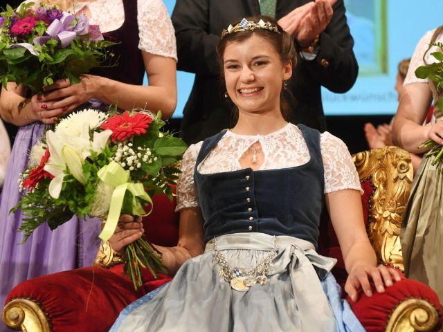 Die neu gewählte Bayerische Bierkönigin Lena Hochstraßer hält am 18.05.2017 in München einen Blumenstrauß in den Händen. Die 22-jährige Studentin aus dem oberbayerischen Höhenrain setzte sich aus sieben Finalistinnen bei der Bewerbung um den Bierthron durch, Foto: dpa