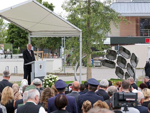 Horst Seehofer spricht bei der Gedenkfeier am OEZ, Foto: LHM / Michael Nagy