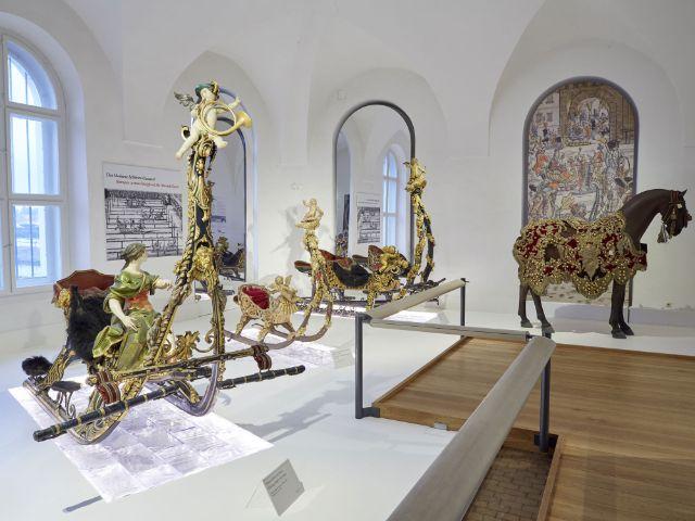 Der neue Ausstellungsraum für Schlitten im Marstallmuseum, Foto: Bayerische Schlösserverwaltung