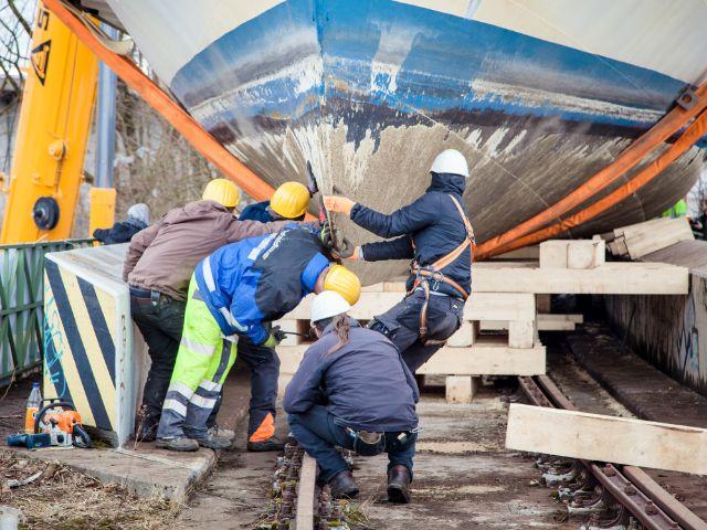 Tonnenschwerer Kran hebt die MS Utting auf die Eisenbahnbrücke, Foto: muenchen.de / Mónica Garduño