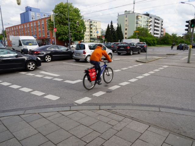 Radfahrer an Berg-am-Laim-Straße Ecke Leuchtenbergring, Foto: muenchen.de / Dan Vauelle