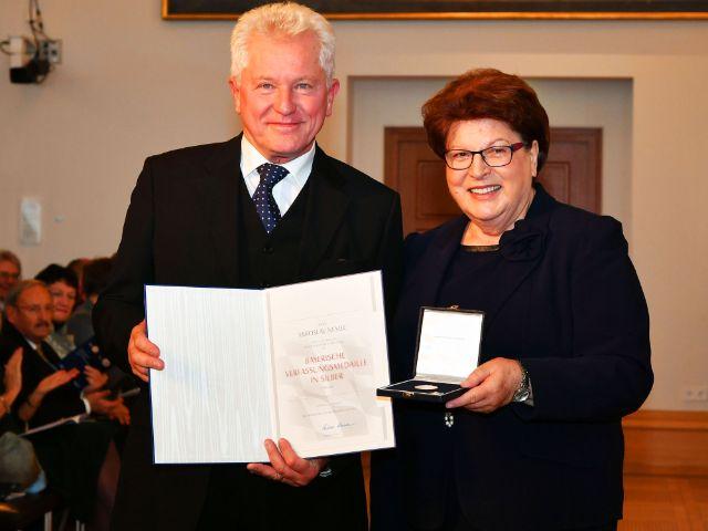 Miroslav Nemec erhält von Landtagspräsidentin Barbara Stamm die Verfassungsmedaille, Foto: Rolf Poss