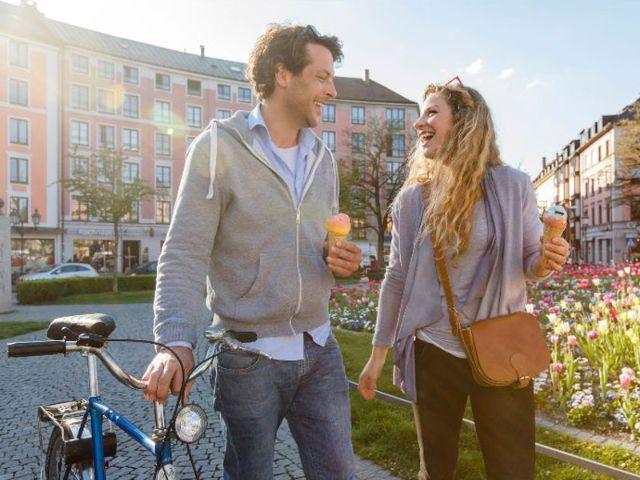Junges Paar am Gärtnerplatz, Foto: Christian Kasper / München Tourismus