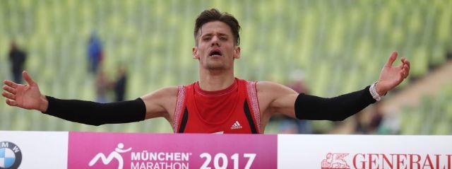 Mario Wernsdörfer überquert beim München Marathon die Ziellinie., Foto: München Marathon