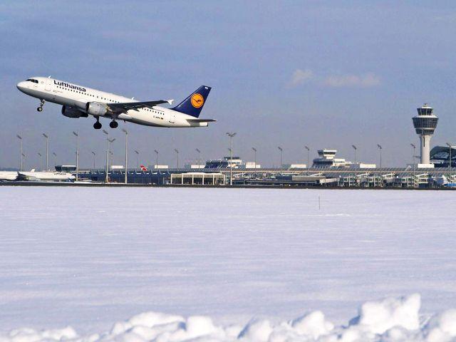 Startendes Flugzeug am Münchner Flughafen im Schnee im Winter, Foto: Werner Hennies