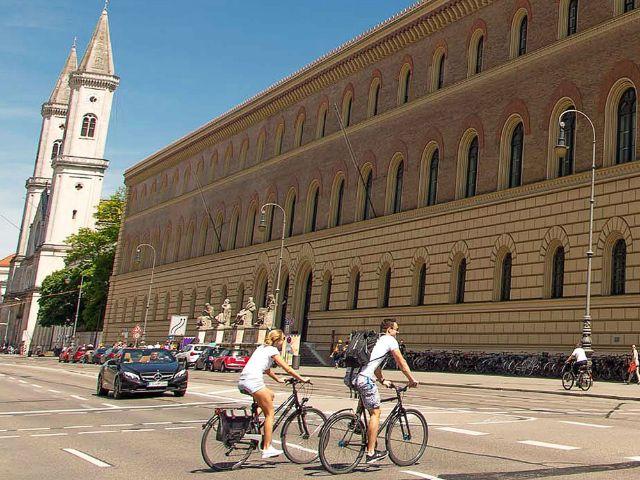 Zwei Radler in der Ludwigstraße, Foto: muenchen.de / Immanuel Rahman