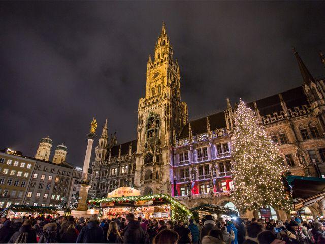 Beleuchteter Marienplatz mit Rathaus und Christbaum, Foto: muenchen.de / Mónica Garduño 2018