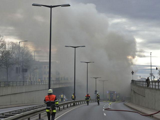 Feuerwehr löscht Brand in Reisebus, Foto: Berufsfeuerwehr München