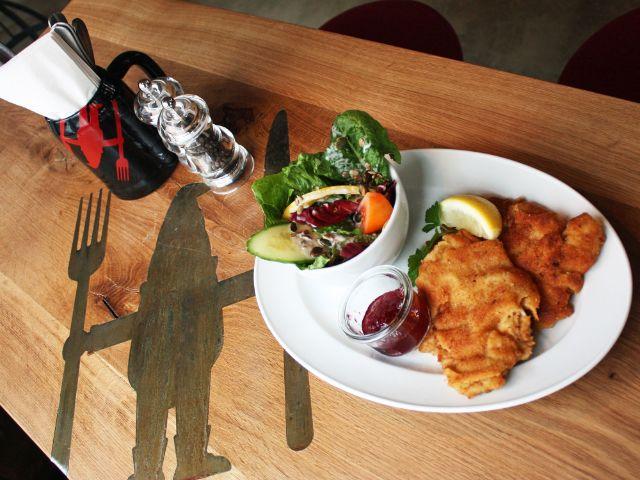 """Schnitzel im """"Heimwerk Glockenbach"""", Foto: muenchen.de/Leonie Liebich"""