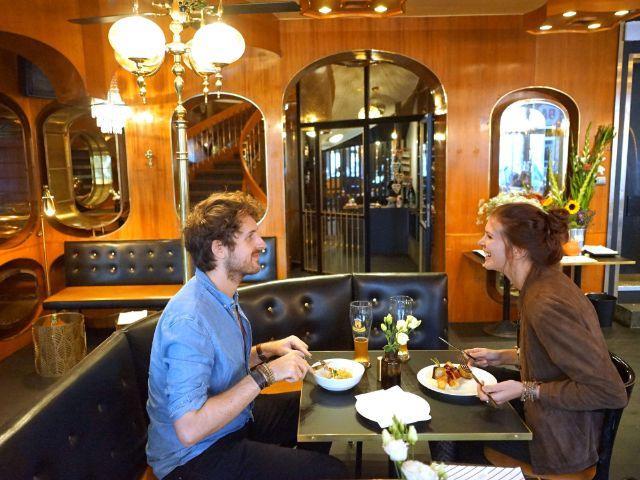 Den Gästen Wolfi und Christin schmecken die nordsüd Crossover-Gerichte., Foto: muenchen.de/ Daniel Vauel