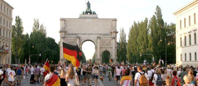 WM-Fans am Siegestor, Foto: Michael Nagy/Presseamt München