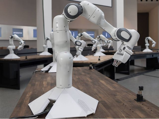 Die Roboterarme lernten im Kollektiv in Minutenschnelle, eine komplexe Aufgabe zu erledigen. , Foto: Uli Benz / TU Muenchen