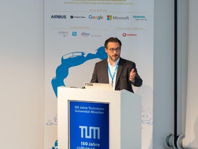 Prof. Sami Haddadin bei seiner Begrüßungsree zum MSRM-Eröffnungskolloquium. , Foto: Uli Benz / TU Muenchen