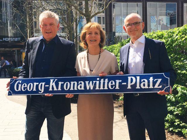 OB Dieter Reiter, Hildegard Kronawitter und Kommunalreferent Axel Markwardt am künfigen Georg-Kronawitter-Platz, Foto: Presseamt
