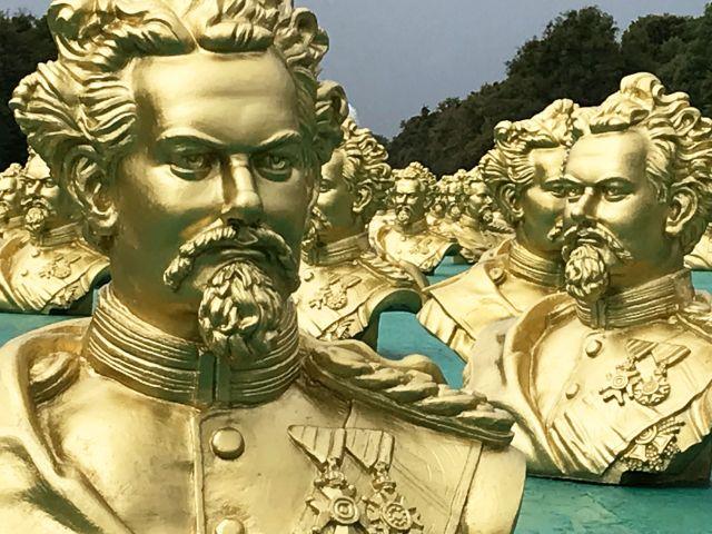 Kunstinstallation zu Ludwig II. im Schlosspark Nymphenburg, Foto: Bayerisches Staatsministerium der Finanzen,  für Landesentwicklung und Heimat