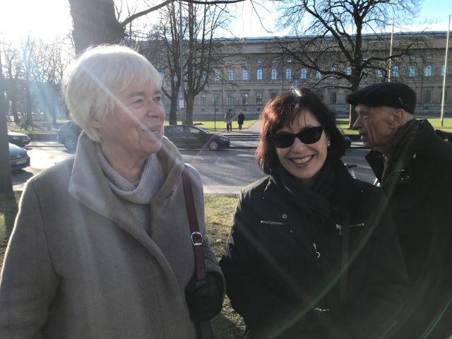 Diese zwei Münchnerinnen haben sich in der Warteschlange vor der Neuen Pinakothek kennengelernt., Foto: muenchen.de