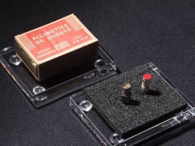 Der Transistor mit der Nummer 9 (li.) und der erste Nachbau der Firma Siemens vor der Streichholzschachtel, in der das Bell-Laboratories-Original jahrzehntelang aufbewahrt war., Foto: Deutsches Museum