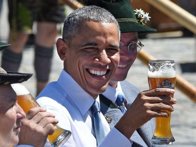 Barack Obama prostet mit Weißbier zu, Foto: Tobias Hase / Archivbild