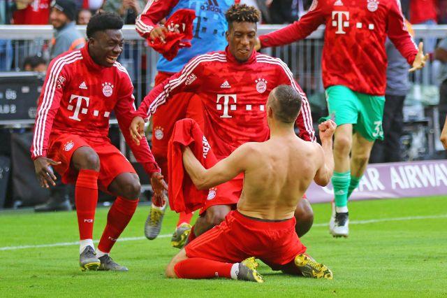 Ribery jubelt nach seinem Tor zum 4:1 mit Alphonso Davies (FC Bayern Muenchen) und Kingsley Coman , Foto: picture alliance/Fotostand