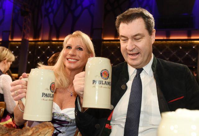 Markus Söder (CSU), bayerischer Ministerpräsident und seine Frau Karin, aufgenommen beim Starkbieranstich auf dem Nockherberg., Foto: picture alliance/Tobias Hase/dpa