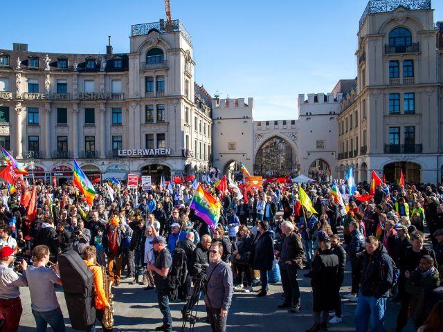 Teilnehmer an der Demonstration gegen die Sicherheitskonferenz versameln sich auf dem Karlsplatz., Foto: dpa/Sina Schuldt