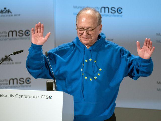 Konferenzchef Wolfgang Ischinger eröffnete das Treffen in einem Kapuzenpulli im Design der EU-Flagge., Foto: picture alliance/Sven Hoppe/dpa