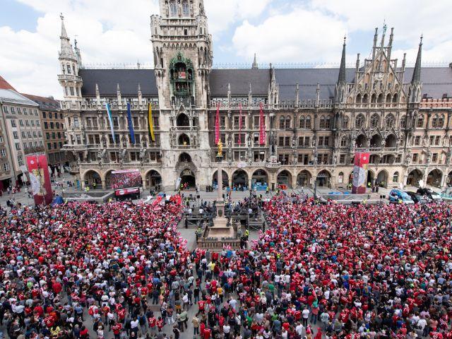 Munchen Bayern Feiern Das Triple Auf Dem Dortmund Truck Welt