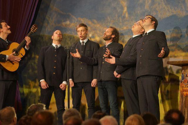 Maximilian Schafroth (3.v.r.) und weitere Darsteller stehen bei der Fastenpredigt beim Starkbieranstich auf dem Nockherberg auf der Bühne., Foto: muenchen.de/ Dan Vauelle 2019