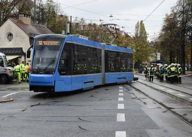 Die Tram neben dem Gleis, Foto: Berufsfeuerwehr München