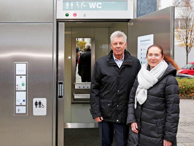 OB Dieter Reiter und Baureferentin Rosemarie Hingerl stellen öffentliches WC am Partnachplatz vor, Foto: Michael Nagy