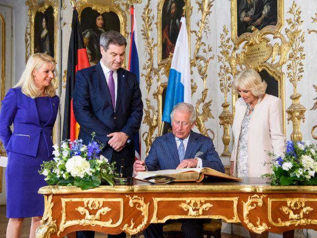 Prinz Charles trägt sich in das Gästebuch der Bayerischen Staatsregierung ein, Foto: Bayerische Staatskanzlei