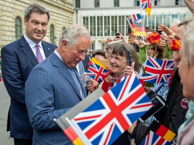 Ministerpräsident Dr. Markus Söder, MdL (links), und Prinz Charles (2.v.l.) im Gespräch mit Bürgern am Max-Joseph-Platz, Foto: Bayerische Staatskanzlei