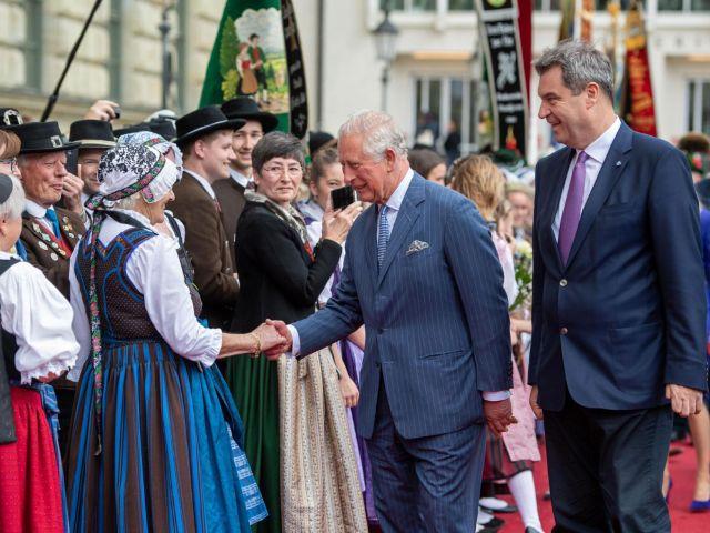 Ministerpräsident Dr. Markus Söder, MdL (rechts), und Prinz Charles (2.v.r.) im Gespräch mit Bürgern am Max-Joseph-Platz, Foto: Bayerische Staatskanzlei