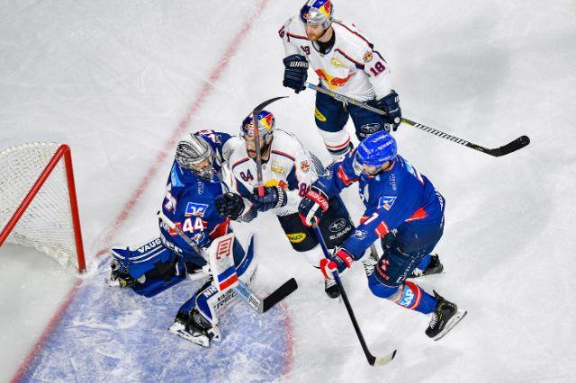 Spielszene im Spiel des EHC in Mannheim., Foto: Red Bull / Gepa Pictures