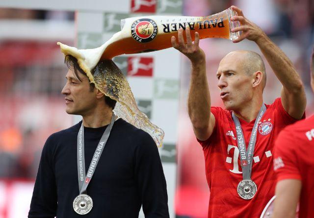 Arjen Robben kippt Niko Kovac Weissbier über den Kopf., Foto: Paulaner Brauerei München