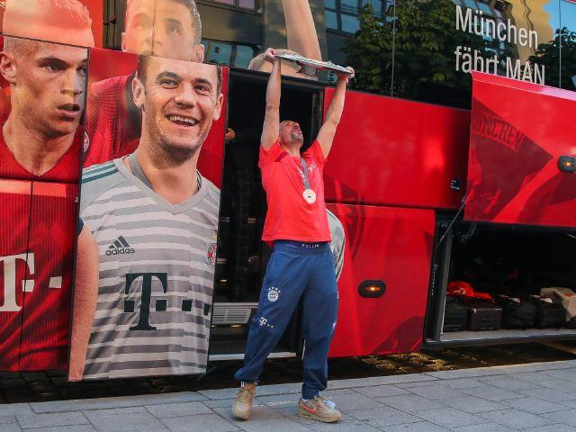 Meisterfeier des FC Bayern auf dem Nockherberg: Die Spieler präsentieren die Meisterschale, Foto: FC Bayern München