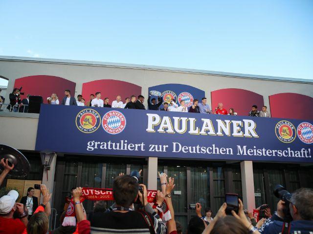 Meisterfeier des FC Bayern auf dem Nockherberg: Ribéry steigt mit der Meisterschale aus dem Teambus, Foto: FC Bayern München