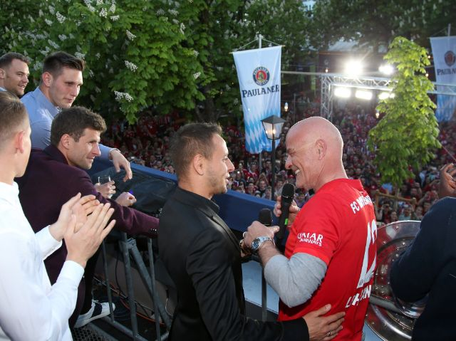 Meisterfeier des FC Bayern auf dem Nockherberg: Die Spieler präsentieren die Meisterschale, Foto: sampics / Stefan Matzke / Paulaner