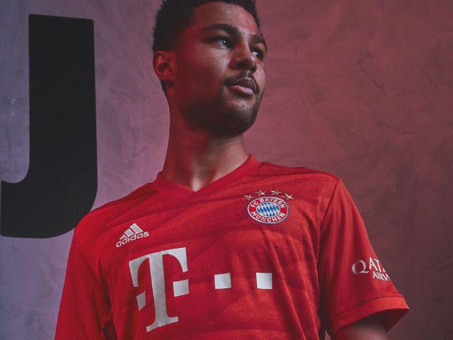 Serge Gnabry präsentiert das neue Heimtrikot des FC Bayern für die Saison 2019/20, Foto: FC Bayern München