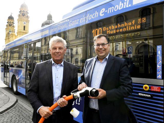 OB Dieter Reiter und MVG-Chef Ingo Wortmann stellen die erste E-Buslinie 100 vor, Foto: SWM/MVG