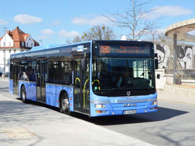 Der Expressbus X80 am Moosacher Bahnhof, Foto: SWM/MVG