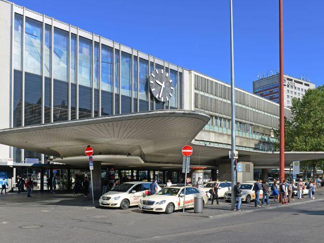 Der Eingang zum Hauptbahnhof mit dem sogenannten Schwammerl, Foto: Deutsche Bahn AG / Christian Bedeschinski