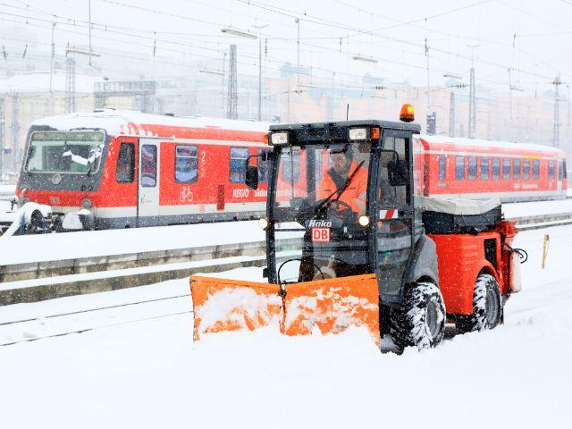 Schneeräumung am Bahnsteig im Münchner Hauptbahnhof im Winter, Foto: Deutsche Bahn AG / Uwe Miethe