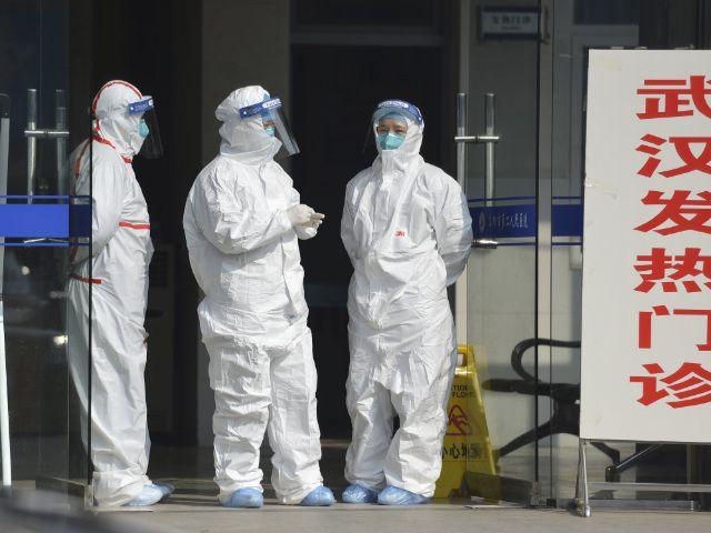 Medizinisches Personal in Schutzanzügen in China, Foto: CHINATOPIX/AP/dpa