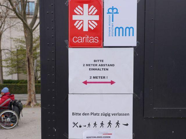 Auch beim Foodtruck der Caritas München gelten die Corona-Abstandsregelungen, Foto: Caritas München