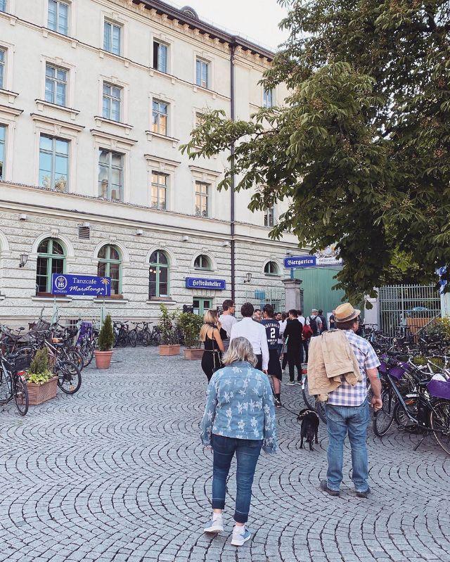 Anstehen für den Biergarten am Hofbräukeller, Foto: Anette Göttlicher